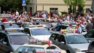 Polnische Taxifahrer protestieren am 5. Juni 2017 in Poznan gegen die Geschäftspraktiken von Uber.