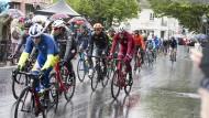 Wetter- und sattelfest: Das Radrennen durchquert Bad Homburg im Dauerregen.