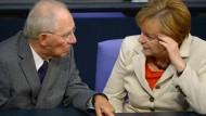 Angela Merkel fürchtet eine Debatte darüber, ob eine Soli-Integration in die Einkommensteuer nicht eine versteckte Steuererhöhung ist. Für Schäuble und die Länder gilt deshalb: zurück auf Los.