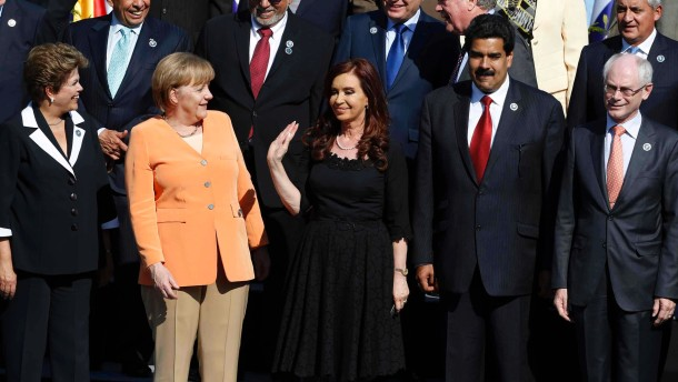 Rouseff, Merkel, Maduro and Rompuy look on as Fernandez waves to the media during the group picture during the summit of the CELAC-UE in Santiago
