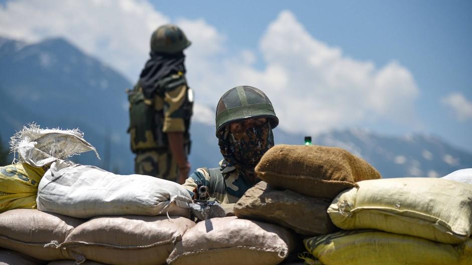 Grenzkonflikt im Himalaja: Indische Soldaten halten neben der nationalen Autobahn nach Ladakh Wache.