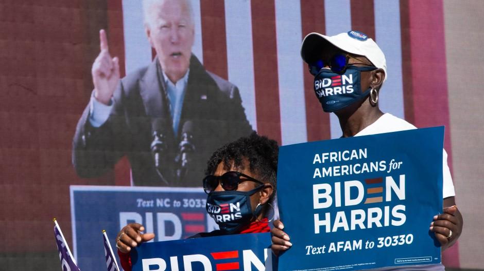 Unterstützer von Joe Biden verfolgen seine Rede in North Carolina.