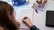 Eine Schülerin lernt selbständig Japanisch in einer Sprachwerkstatt.