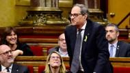 Quim Torra steht im katalanischen Regionalparlament