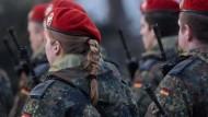 Frauen sind bei der Bundeswehr Pferdeschwänze und gezopfte Frisuren ausdrücklich erlaubt – Männern nicht