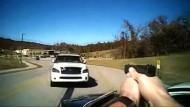 Auto rammt Polizeiauto vor laufender Kamera