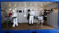 An Bord werden die geretteten Flüchtlinge erst einmal auf Krankheiten untersucht.