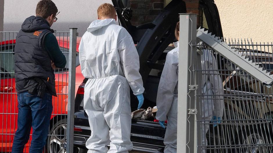 Spurensicherung am Tatort: Ein 34 Jahre alter Mann soll in Limburg seine Ehefrau angefahren und erschlagen haben.