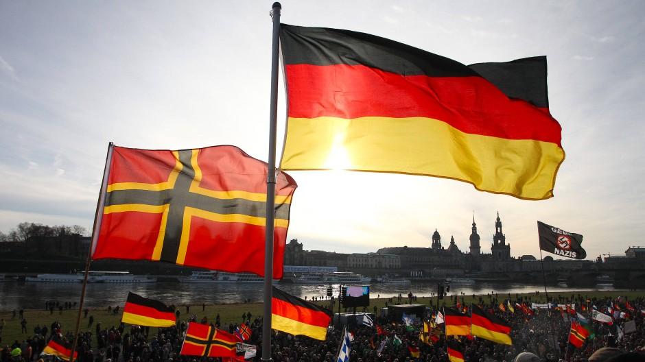 Symbolpolitik: Die Wirmer-Flagge auf einer Pegida-Demonstration im Februar