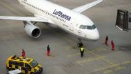 Flugzeug am Boden auf dem Flughafen in Dresden (Archivbild)