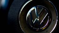 Das Volkswagen-Logo auf dem Lenkrad eines Caddy