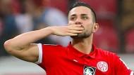 Ein Handkuss für drei Tore von Danny Latza gegen den Hamburger Sportverein.