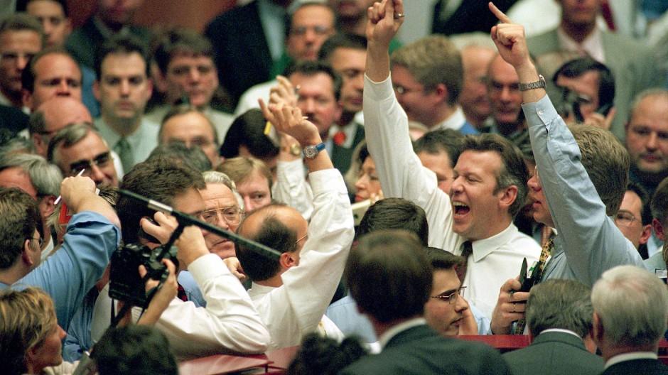 Die deutsche Aktienkultur startet: Anleger während der Einführung der Telekom-Aktie an der Frankfurter Börse im November 1996.