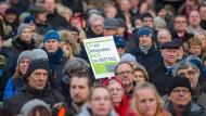 Protest gegen Großunterkünfte für Flüchtlinge und Migranten in Hamburg.