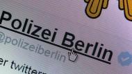 Der Twitteraccount der Polizei Berlin ist mit einem weißen Häkchen auf blauem Hintergrund als echt verifiziert.