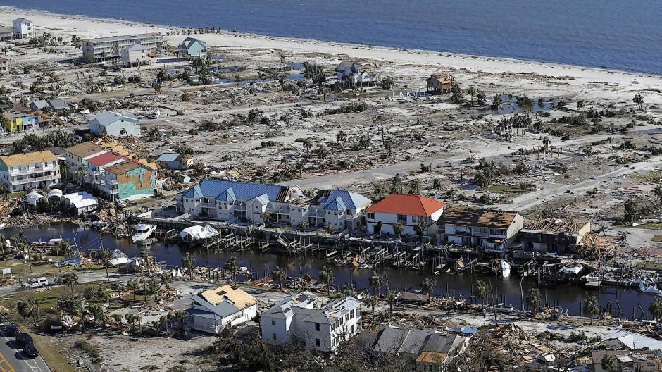 """Die Luftaufnahme zeigt die Verwüstung durch den Hurrikan """"Michael"""" im Ort Mexico Beach (Oktober 2018)."""
