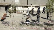 Sicherheitskräfte kontrollieren am Samstag das Gelände vor einem Wahllokal in Kabul, nachdem dort eine Bombe hochgegangen ist.