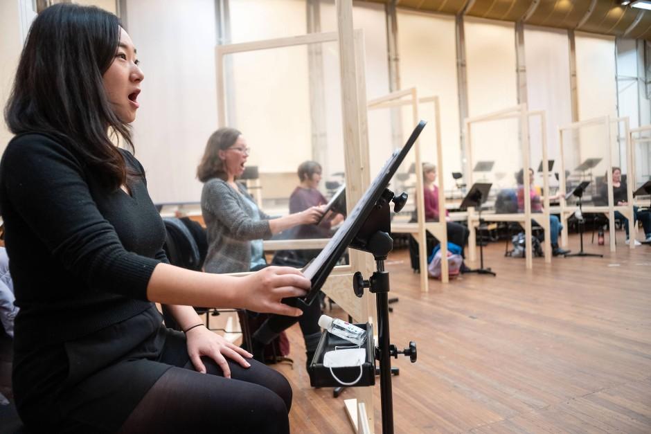 Hygienisches Singen: Auf Abstand, hinter Plexiglas und mit dem Desinfektionsmittel in der Hand probt der Chor sein Repertoire.