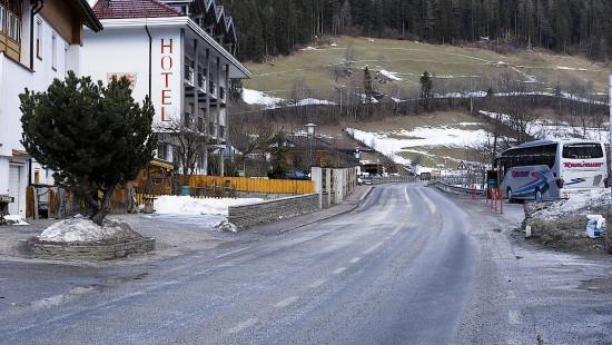 Auto rast in Südtirol in Reisegruppe