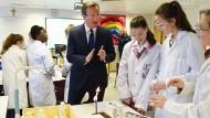 Bei diesem Besuch im Labor war David Cameron noch unangefochten Premierminister.