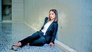 """Die aufstrebende Investmentbankerin Jana Liekam (gespielt von Paula Beer) in der Fernsehserie """"Bad Banks"""" ."""