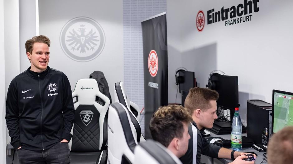 Virtuelle Eintracht: E-Sport-Leiter Max Brömel (links) beobachtet die Profispieler im Leistungszentrum des Vereins.