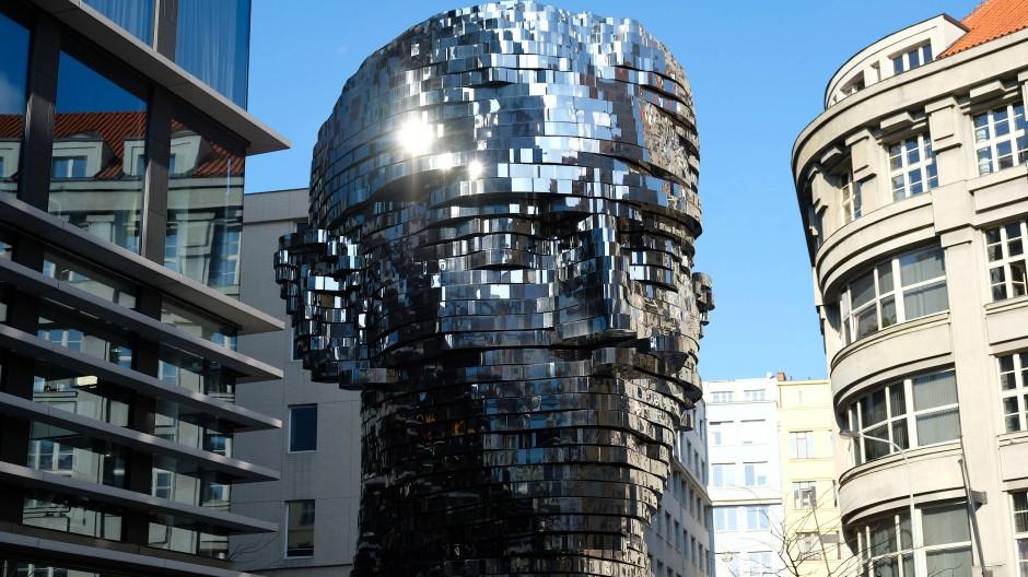 Ewiger Wandel der Gesichtsschichten: Die Skulptur von Franz Kafkas Kopf in Prag schuf der Künstlers David Černý.