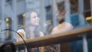 Ein zwangloses Treffen im Café – dazu kommt es oft gar nicht, wenn man sich nur auf Dating-Apps verlässt. Die Leute schreiben lieber hin und her.