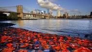 Aktivisten in New York hatten vor dem Flüchtlingsgipfel mit zahlreichen Schwimmwesten auf die Nöte der übers Mittelmeer fliehenden Menschen aufmerksam machen wollen.