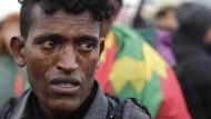 Erste Flüchtlinge verlassen den Dschungel von Calais