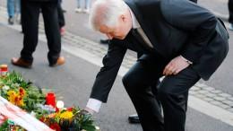 Seehofer legt Blumen an Synagoge nieder