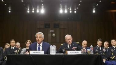 Der amerikanische Verteidigungsminister Chuck Hagel und Generalstabschef Martin Dempsey (r.) bei der Anhörung im Senatsausschuss
