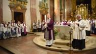 Christlich: Zulassungsfeier zur Taufe in Wien im Februar mit der noch ungeschmückten Osterkerze