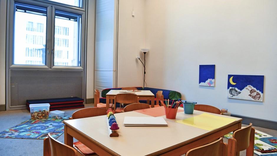 Ein Raucherzimmer, aber kein Spielzimmer: Das war lange Zeit Realität im Bundestag. Erst im Jahr 2017 wurde ein Raum für Kinder eingerichtet.