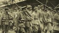 Kriegsgefangene im Ersten Weltkrieg: Britische Soldaten führen deutsche Inhaftierte ab.