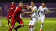 Voll bei der Sache: Max Besuschkow verdient sich nach dem Test gegen Changchun Yatai das Lob des Trainers.