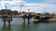 Verbindend: Drei Millionen Euro kostet es, die Hafeneinfahrt mit einer Brücke zu überspannen.
