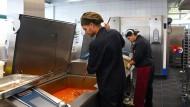 Keine halben Sachen: Mit den neuen großen Kesseln und Wannen können bis zu 10.000 Essen am Tag gekocht werden.
