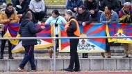 Eklat beim Freundschaftsspiel in Mainz im Jahr 2017 zwischen dem TSV Schott Mainz und der chinesischen U-20-Nationalmannschaft: Zuschauer protestieren mit Tibet-Fahnen gegen die chinesische Tibet-Politik.