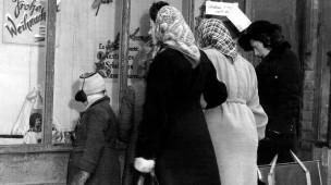 Das will ich haben: Weihnachtsshopping kurz vor Heiligabend 1945 in Frankfurt, als viele Wünsche noch Wünsche bleiben mussten.