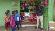 Kaka Shop: Der junge David Kileo vor seinem Kiosk im Slum Kawangware in Nairobi.