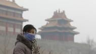 Verbotene Stadt: Die wenigen, die sich nach draußen wagen, tragen Masken