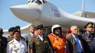 Empfang in Venezuela: Verteidigungsminister Vladimir Padrino Lopez begrüßt die russische Delegation.