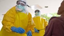 An einer Puppe üben Spezialisten im Schutzanzug die Blutentnahme an Patienten, die mit Ebola infiziert sein könnten.