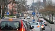 In Wiesbaden und Mainz kommt der Verkehr zum Erliegen. Hier ein Stau am Biebricher Schloss in Wiesbaden.