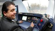 Der Arbeitsplatz scheint ihm gefallen zu haben: Sigmar Gabriel im Führerstand einer S-Bahn von Alstom.