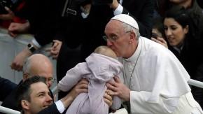 papst küsst kind