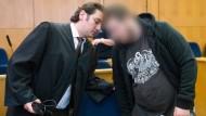 """""""Denken darf jeder, was er will."""": Kreshnik B. und sein Anwalt Mutlu Günal im Verhandlungssaal"""