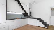 Treppe, Küche, Einbauschrank, Bücherregal: Das Hybridmöbel integriert die Maisonettetreppe klug und platzsparend in die Wohnung.