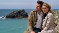 """Schöne Aussichten: In """"Rosamunde Pilcher: Verlobt, verliebt, verwirrt"""" finden Julia (Theresa Scholze) und Jamie (Steffen Groth) zueinander. Gedreht wurde die Jubiläumsfolge Nummer 100 in Newquay."""